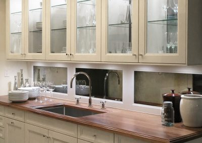 Backsplash with mirror panels